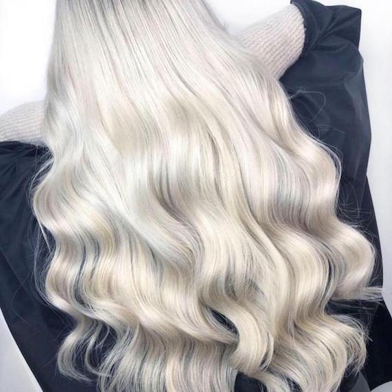Hinterkopf einer Frau mit langem, eisblondem Haar, kreiert mit Wella Professionals.