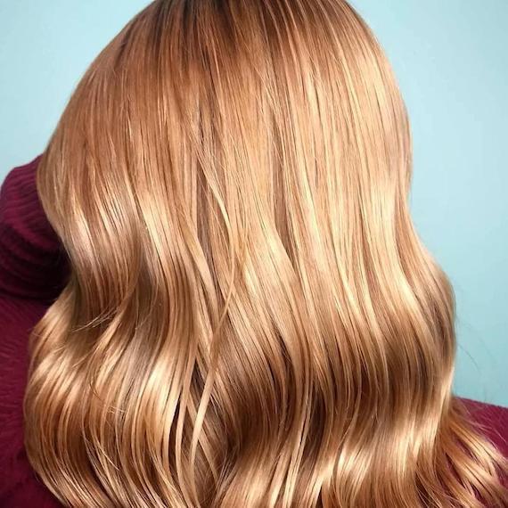 Blonde Highlights durch rotes Haar, kreiert mit Wella Professionals