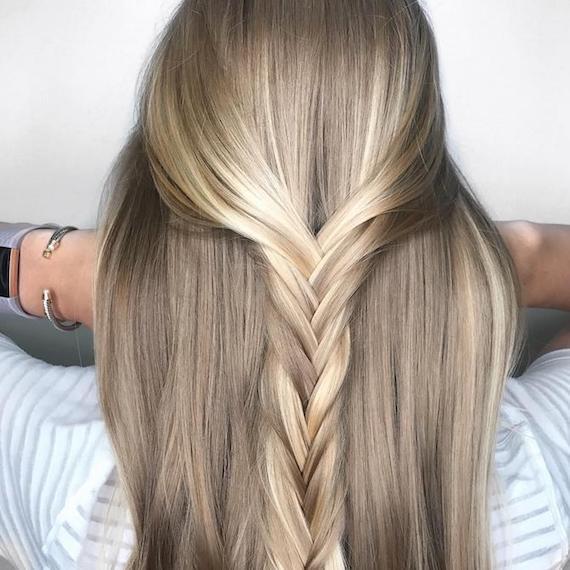 Hinterkopf einer Frau mit blondem Haar und Zopf, kreiert mit Wella Professionals