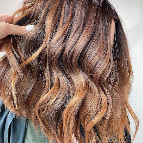 Kuva naisesta, jolla on ruskea asteittainen hiustenleikkaus, luotu Wella Professionals -sovelluksen avulla