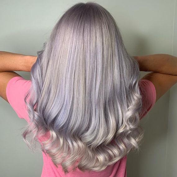 Hinterkopf einer Frau mit silbrig lilanen Haaren, kreiert mit Wella Professionals