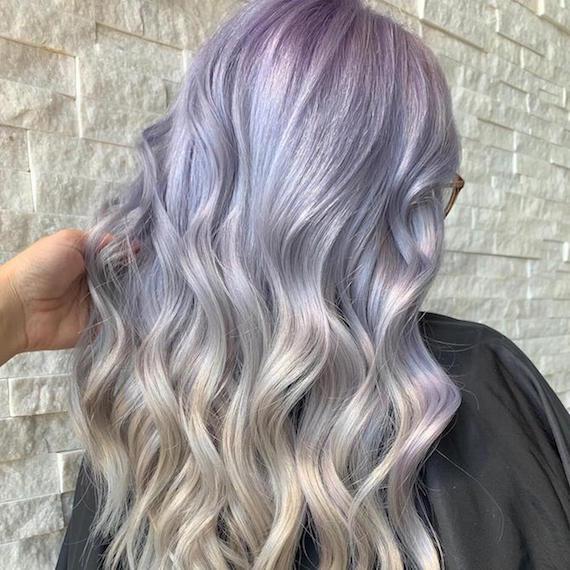 Hinterkopf einer Frau mit Lavender Ombre Haaren, kreiert mit Wella Professionals