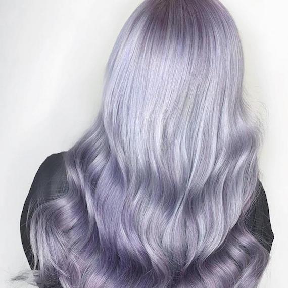 Hinterkopf einer Frau mit pastell fliederfarbenen Haaren, kreiert mit Wella Professionals