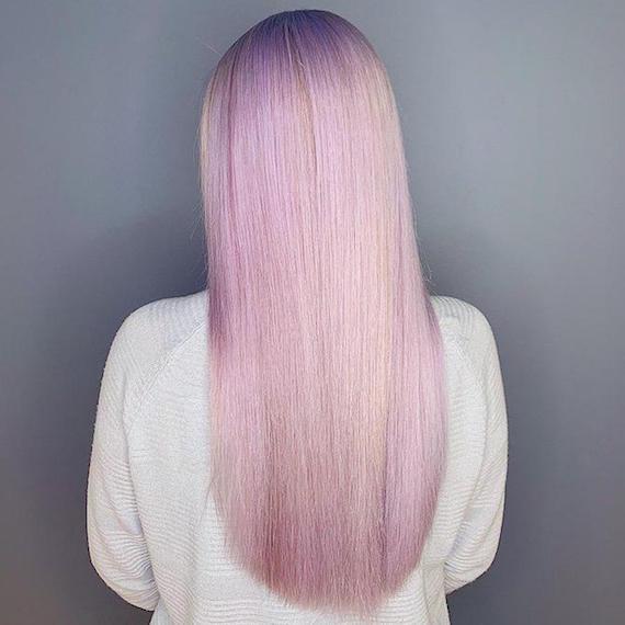 Hinterkopf einer Frau mit flieder-blondem Haar, kreiert mit Wella Professionals