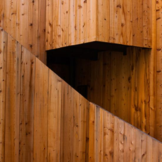 Gebäude aus Holz.
