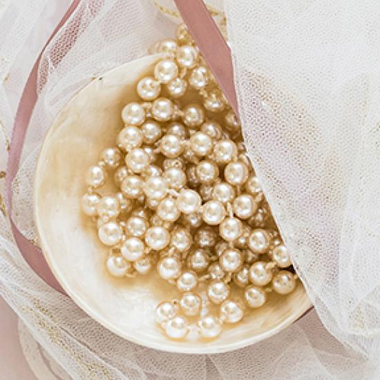 cremefarbene Perlen in einer Schüssel