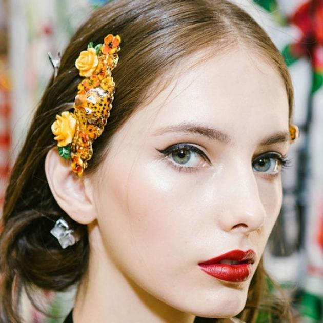 Woman with sleek brown hair with christmas hair accessory